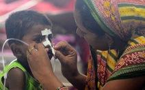 Ấn Độ: Sợ bệnh viện công, cha mẹ đưa con trốn viện