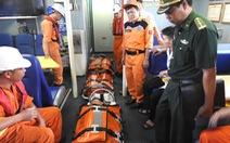 Vượt sóng cứu 2 ngư dân trên biển Hoàng Sa