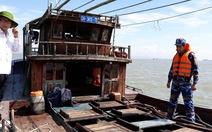 Bắt hai tàu chở dầu không giấy tờ