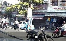 Đà Nẵng xử lý thanh niên đứng lên yên lái xe máy
