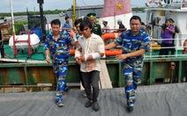 Tàu hải quân đưa ngư dân vào bờ chữa trị