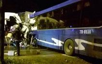 Xe khách lấn làn tông thẳng xe container, hành khách hoảng loạn