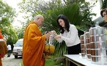 Bà Yingluck đành bỏ con trai ở lại để lưu vong