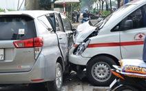 Không nhường đường xe cứu thương, xe 7 chỗ bị tông ngang