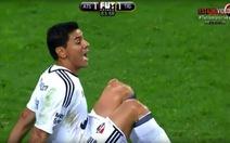 Clip thủ môn ở Mexico dính chấn thương kinh hoàng khi phát bóng