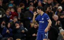"""Morata """"nổ súng"""", Chelsea còn kém M.U một điểm"""