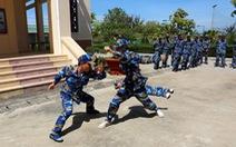 Cảnh sát biển luyện võ