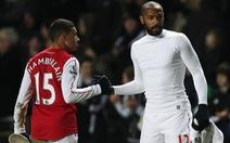 """Chamberlain chế nhạo Thierry Henry """"ngu ngốc"""""""