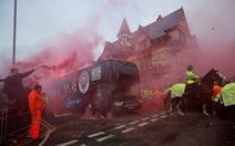 HLV Guardiola tức giận vì xe buýt M.C bị tấn công ở Liverpool