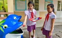 Trẻ em hướng dẫn người lớn phân loại rác