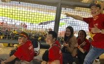 Khách Việt coi bóng đá qua hàng rào, đòi Malaysia bồi thường!
