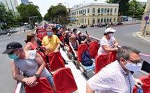 Du khách nước ngoài đang kẹt ở Việt Nam làm thủ tục gia hạn thế nào?