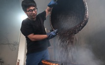 Đến Hà Nội làm 'cốc nâu' rang từ bếp củi được giữ lửa qua... 4 đời