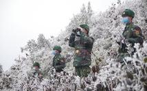Băng giá phủ trắng, bộ đội biên phòng căng mình tuần tra biên giới