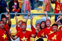 Cổ động viên Việt đội mưa đến chảo lửa Bukit Jalil