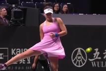 Cú đánh kiểu 'luồn bóng qua chân' của nhà vô địch US Open khiến khán giả trầm trồ