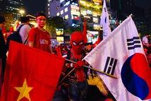 Hàng ngàn CĐV phố đi bộ Nguyễn Huệ: vui 'nổ trời' với bàn thắng của Văn Hậu