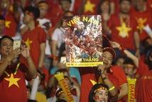 Poster Tuổi Trẻ theo chân cổ động viên đến sân Rizal Memorial cổ vũ đội tuyển Việt Nam
