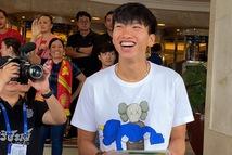Văn Hậu cười tỏa nắng chia tay ông Park và các đồng đội