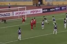 Cầu thủ Bình Dương bỏ lỡ tình huống 'sút ra ngoài khó hơn đá vào lưới'