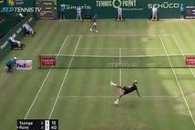 Đánh rơi vợt, Benoit Paire và Tsonga 'chữa cháy' bằng màn trình diễn bóng đá 'cực đỉnh'