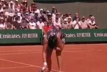 Tay vợt Trung Quốc bị đánh bóng trúng mặt ở Roland Garros
