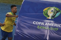 Khoảnh khắc 'người hùng' của tuyển Brazil vừa mếu máo, vừa đấm liên tục vào VAR