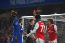 Chelsea bị 10 người Arsenal cầm chân sau hai lần dẫn trước