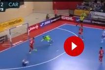 Video: Trước khung gỗ trống, tiền đạo 'từ chối' ghi bàn vì thấy hậu vệ đối phương bị đau