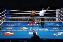 Nhảy múa điêu luyện nhưng võ sĩ nhận cái kết... knock-out ngay hiệp 1