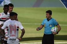 Cầu thủ đã ra sân, trận đấu bất ngờ hoãn vì 10 ca COVID-19