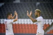 Hài hước thủ môn sút thẳng người đồng đội, biếu tiền đạo PSG bàn thắng dễ