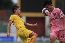 Cầu thủ Sông Lam Nghệ An tiếp xúc với F1, cả vòng 13 V-League phải dừng