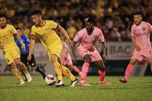 Hệ thống giải bóng đá Việt Nam: 'Tê liệt' vì COVID-19