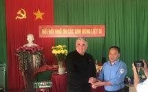 Đội tìm kiếm hài cốt liệt sĩ Bình Phước bàn giao thẻ bài quân nhân Mỹ cho MIA