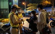 Rủ nhau đổ về phố đi bộ Nguyễn Huệ tụ tập, ăn uống: nhiều người dân coi thường 5K