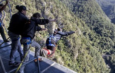 10 giây thót tim với nhảy bungy cao nhất thế giới từ trên cầu