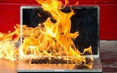 Không nên xài laptop khi đang sạc pin