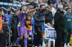 Trận Newcastle - Tottenham bị gián đoạn vì cầu thủ phát hiện sự cố trên khán đài