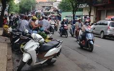 Đậu xe máy chiếm lòng đường