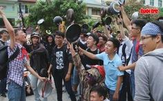 Ý kiến trái chiều quanh việc bạn trẻ cầm chảo chạy trên phố đi bộ Nguyễn Huệ