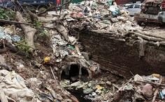 Hà Nội nhiều nơi rác thải tràn lan chất thành 'núi'