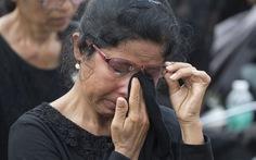 Video người Thái đổ về Bangkok dự lễ tang đức vua