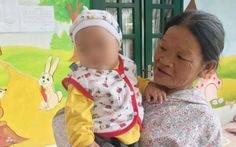 Bé trai bú sữa nữ cảnh sát đã về nhà với bà ngoại