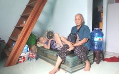 Cụ già 76 tuổi bán vé số nuôi 'người dưng' 86 tuổi