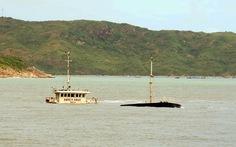 Bơm nước cứu 1 tàu hàng chìm trong vịnh Quy Nhơn