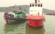Cứu 13 thuyền viên trên tàu cá hỏng máy gần đảo Hòn Ngư