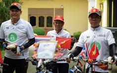 Ông già Việt kiều đạp xe 600 km viếng vua Thái