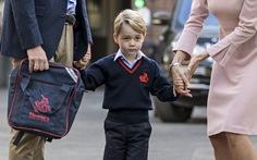 Ngày đầu đi học, Hoàng tử George căng thẳng nắm tay cha