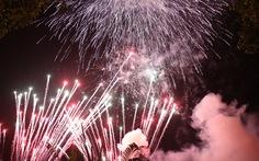 Đông đảo du khách đến Đầm Sen xem pháo hoa